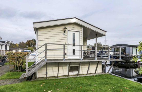 Moderne watervilla te koop