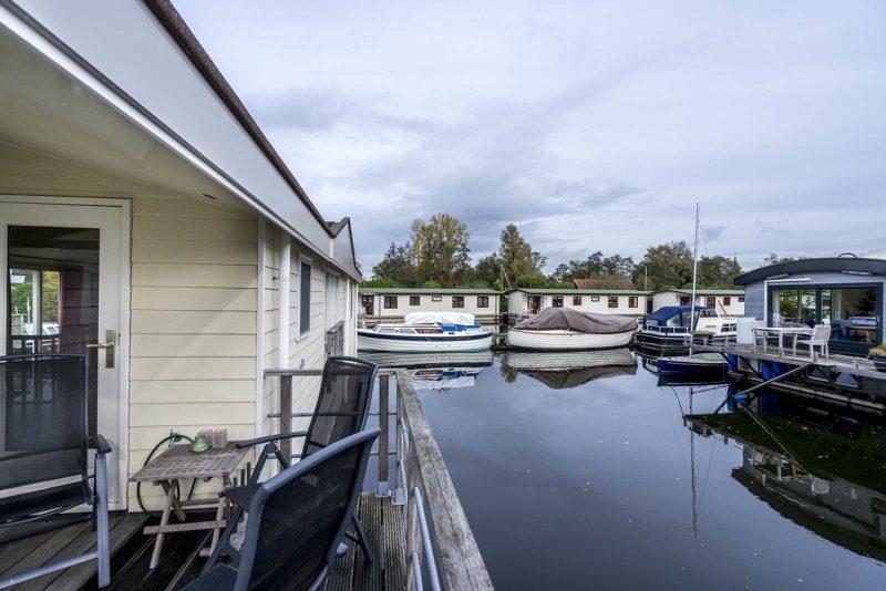 Moderne watervilla te koop woonboot te koop woonboot verkopen woonboot makelaar awn - The water street magical town in holland ...