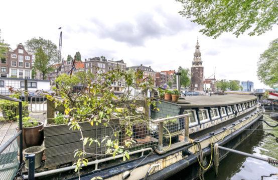 Origineel verbouwd motorschip in hartje Amsterdam