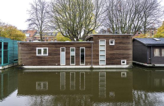 Moderne watervilla in historisch Delft